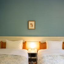 *【洋室ツイン一例】シングルベッド2台を配した、川側の洋室ツイン(17.5平米)