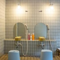 *【1階・貸切風呂/檜風呂】洗い場は2つございますのでご家族での利用でも安心