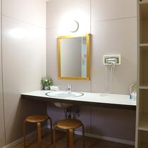 *【1階・貸切風呂/バラ風呂】シンプル構造で使い勝手の良い脱衣場