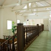 *【館内/2階廊下】自然光を多く取り入れ、天井が高く開放的な館内