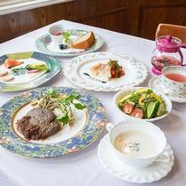 *【夕食全体一例】お野菜をふんだんに使っているフルコースディナーは女性にも好評です