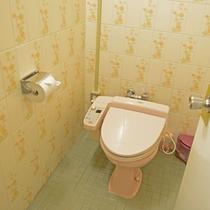 【おまかせ和室(トイレ付き)】洗浄機付きトイレが設置されています。