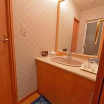 【和室8畳(バス・トイレ付き)】洗面台もございます。ドライヤーも完備。
