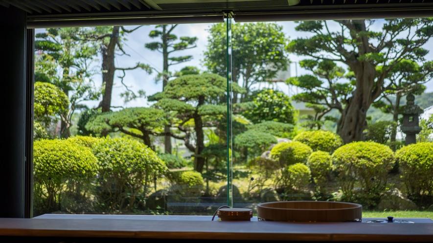 窓から広がる日本庭園は、まるで絵画を切り取ったような美しさ