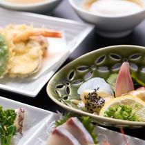 *【夕食一例】地元食材にこだわった自慢の料理が並びます。