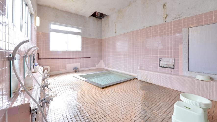 *小浴場/少々手狭ではございますが、湯量豊富に湧き出る源泉をご堪能下さい。