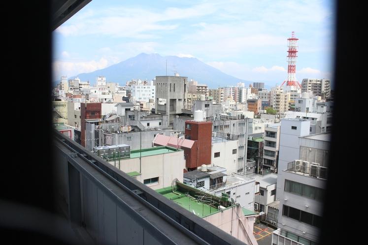 9階にございます喫煙ブースからの眺め(2階にもございますが桜島が見えるのは9階)