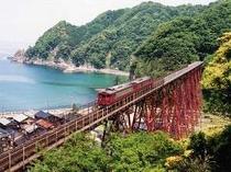 余部鉄橋を渡る普通列車