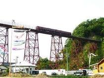 架け替え工事の進む余部鉄橋と鯉のぼり
