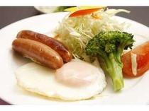 朝食一例目玉焼き・ウインナーは朝の定番