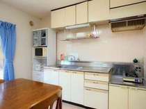【アネックスA】調理しやすい広々キッチンは滞在にも最適!
