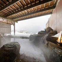 日本海を望む雪見の露天風呂