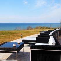 天気がいい日はオープンテラスで海を見ながらのお食事も格別♪
