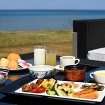 天気がいい日はオープンテラスで海を見ながらのお食事も♪