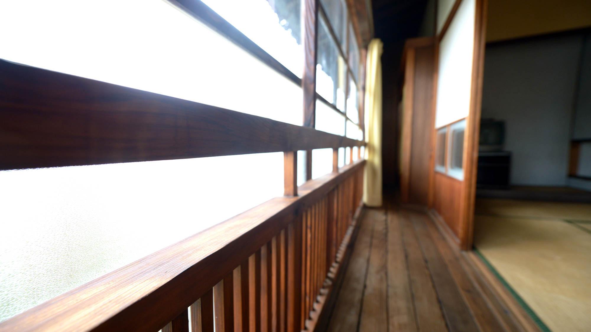 *【和室10畳】遊女や遊客もこの縁側から外の景色を眺めていたのかもしれません。室10畳縁側1