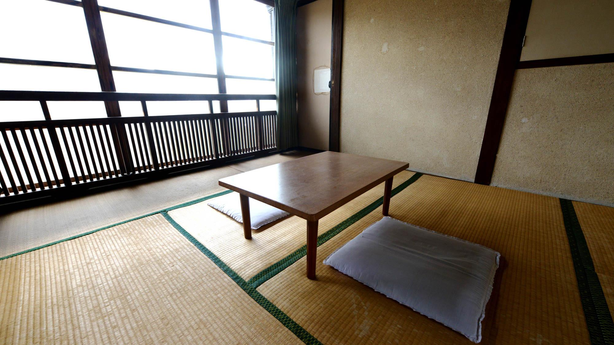 *【和室6畳】中庭を囲むようにして客室が並んでいるので、お部屋から中庭を眺めることもできます。