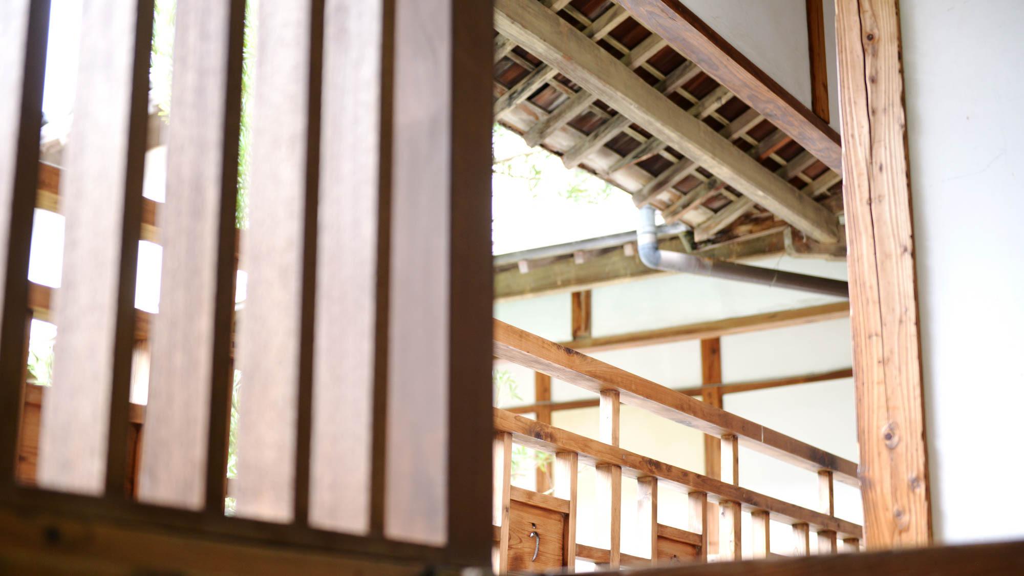 *【階段】階段から回廊、欄干や手摺りまで遊郭建築の意匠が残っています。是非、触れて感じてください。