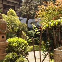 【部屋に四方を囲まれた中庭】居心地の良い時間が流れます。