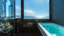 【最上階特別室「天海」】オーシャンビューの客室展望風呂からも、美しい海が一望できます。