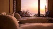 1階「潮亭」ツインベッドでゆったりとふたりで過ごし、夕日に見惚れて。