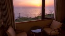 1階「潮亭」客室からは美しい夕景が一望、絶景を見て過ごすプライベートな時間を。