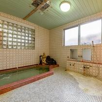 *大浴場(男湯)/塩分が強くよく温まる自慢の温泉!深夜も早朝もいつでも好きな時に入れます。