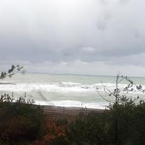 *部屋からの眺め(冬)/荒波の日本海。
