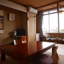 *3階和室10畳一例/海と夕日を一望できる人気のお部屋。波の音も聴こえてきます。