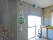 【共有スペース】雨天時はこちらの1F共用スペースで洗濯物が干せます