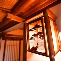 *新潟の高瀬温泉街に佇む当館。素朴で温かみのある設えに心が和みます。
