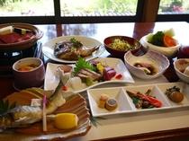 季節の旬食材を使用した会席料理/(一例)会席料理の内容は日によって変わりますのでご了承くだ