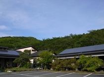 周りは自然に囲まれ、ゆっくりとした時の流れを感じれる平山温泉の一番奥にひっそりと佇む温泉宿