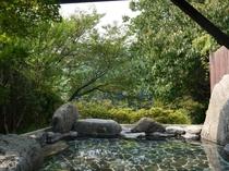 新緑の旅館露天風呂