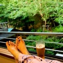 私が一番好きな写真!お部屋でビール!窓の先には広がる緑!咲き始めの百日紅!