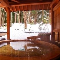 雪見風呂に入りながら、周りの雪を寄せ集めて、雪だるま作ってみたり…