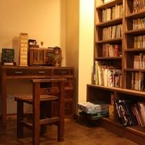 若女将図書館『百蔵(もぐら)』。偏った趣味で固めています(笑)