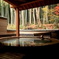 秋の、おだやかな雰囲気を醸し出す露天風呂。これが「情緒」というものかもしれません。