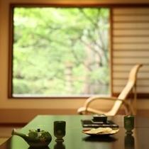 客室から窓の外を眺める。心落ち着く景色がある。