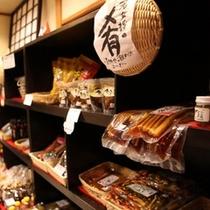 ちっちゃな売店には、こだわりの漬物や手ぬぐい小物、お茶うけお菓子等が並ぶ。