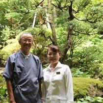 社長と女将さん、自慢のお庭の前にて(^^)