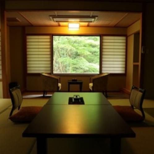 新緑がキラキラ差し込む客室。自然の生命力を感じる、6月の頃。