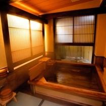 貸切風呂『百湯(もものゆ)』は、畳敷きの洗い場がやわらかくて人気!