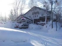 ペンション冬の外観 朝日を浴びているパフィオ