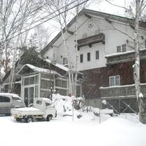 *【外観】自然に包まれた当館。冬は雪で真っ白に!