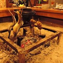*【囲炉裏のある食事処】熱々の川魚等をお召し上がり下さい(一例)