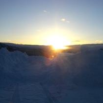 *朝の冷たい空気に包まれて輝く美しい朝日