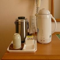 客室内テーブル(電気ポット、湯呑み、コップ、お茶、アイスペール、ドライヤー)