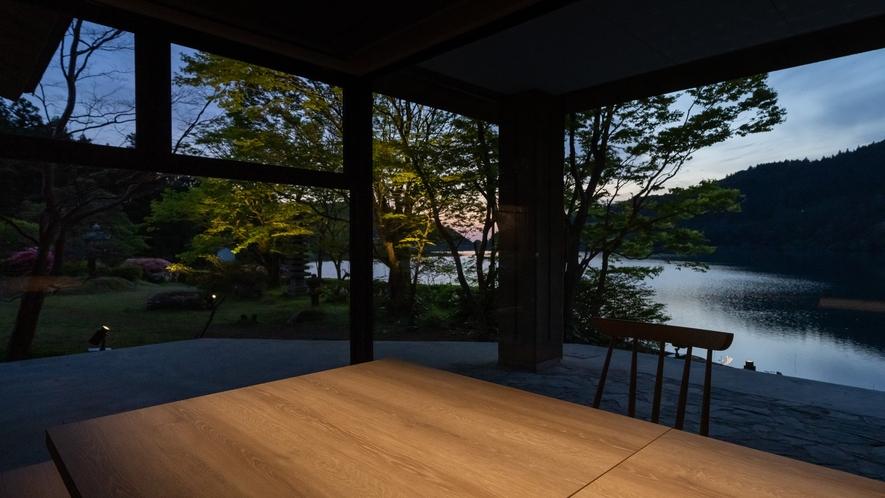 おしどりの池を望むレストラン「on the lake」