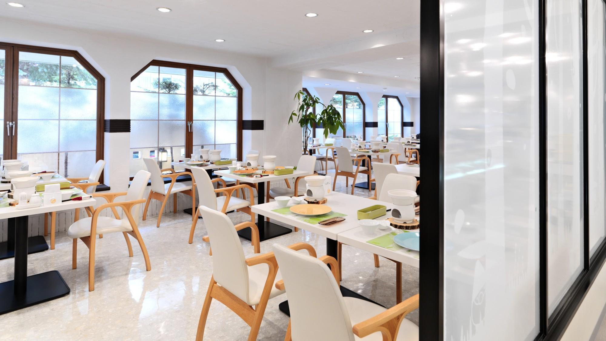 バイキングレストラン/花ビュッフェ「ハーモニー」。白を基調とした、明るく華やかな空間です!