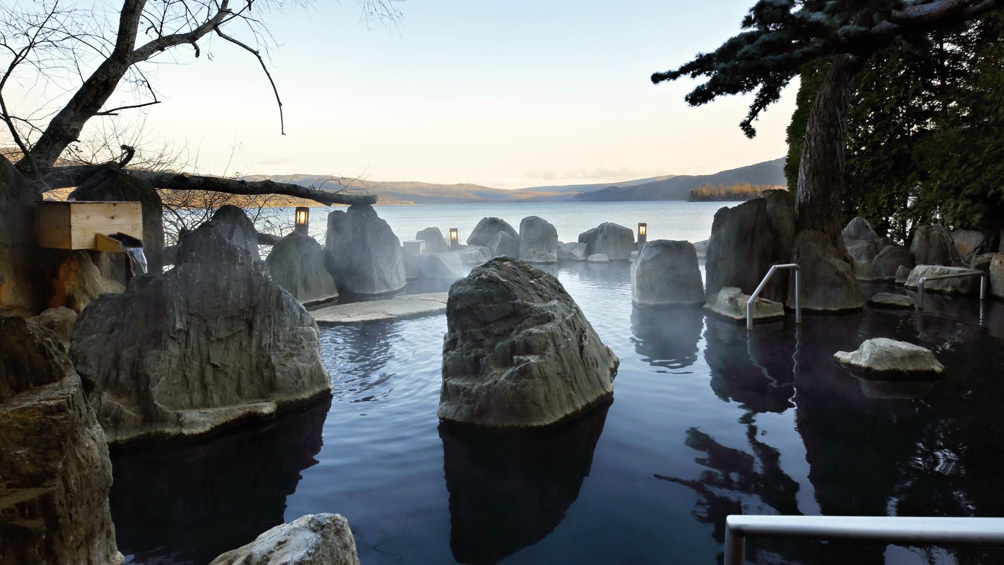 姉妹館・【あかん遊久の里鶴雅】の大浴場もご利用いただけます/庭園露天風呂「鹿泉の湯」